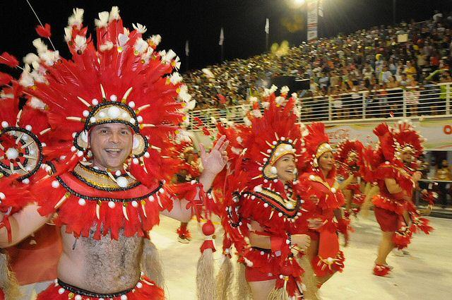 Desfile de las escuelas de Samba en el Sambódromo en Brasil