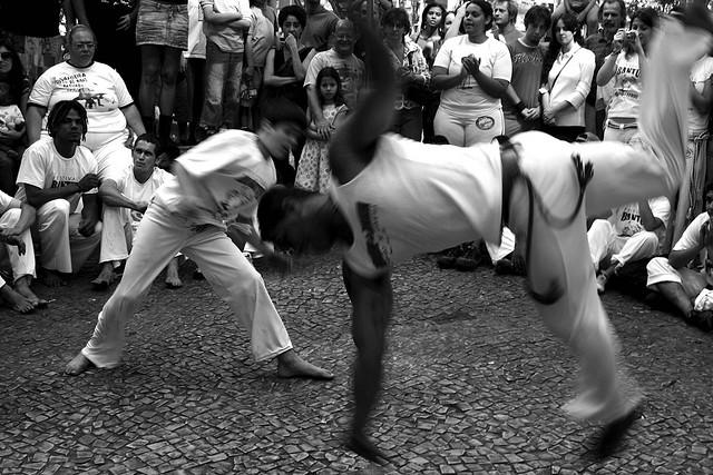 """Grupo de personas formando una """"Roda"""" de danza capoerira"""
