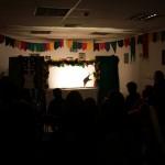 Niños disfrutando de un espectáculo de sombras chinas de peuqeño formato